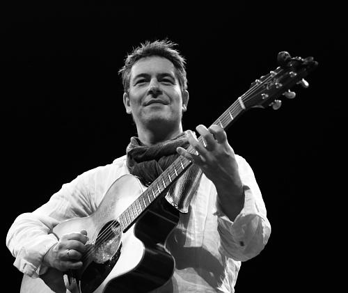 Digmon Roovers basgitarist op de gitaar