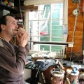 Ambachtelijke mondharpensmid in de Zaanstreek